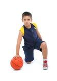Menino que joga o basquetebol isolado fotografia de stock