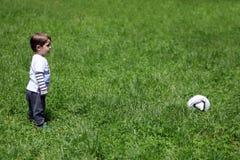 Menino que joga o futebol fotos de stock royalty free