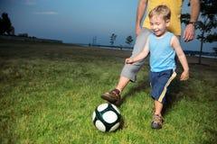 Menino que joga o futebol Imagem de Stock Royalty Free