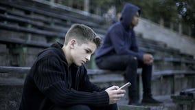 Menino que joga o jogo de vídeo no smartphone, dedicado à rede social, nação digital imagens de stock