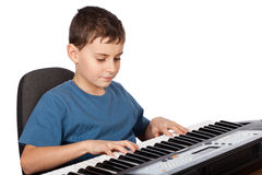 Menino que joga o piano Fotos de Stock Royalty Free
