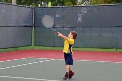Menino que joga o tênis Imagens de Stock Royalty Free