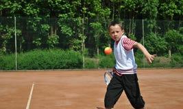 Menino que joga o tênis Fotografia de Stock Royalty Free