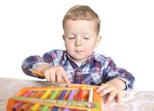 Menino que joga o xylophone fotografia de stock