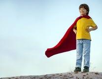 Menino que joga super-herói no fundo do céu, super-herói da criança mim Fotografia de Stock