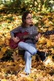 Menino que joga uma guitarra vermelha Imagens de Stock