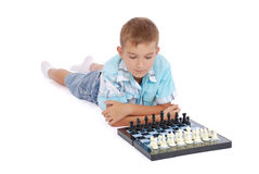 Menino que joga a xadrez Imagem de Stock Royalty Free