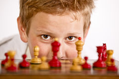 Menino que joga a xadrez Imagem de Stock