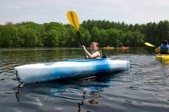 Menino que kayaking foto de stock royalty free