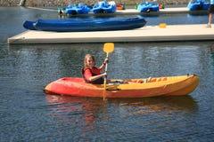 Menino que kayaking Imagem de Stock Royalty Free