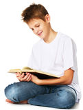 Menino que lê o livro Fotos de Stock