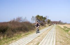 Menino que monta uma bicicleta. Imagens de Stock Royalty Free
