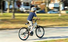 Menino que monta uma bicicleta Foto de Stock