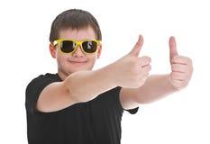 Menino que mostra o polegar acima do sinal Fotografia de Stock