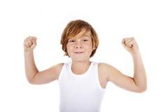 Menino que mostra seus músculos imagem de stock royalty free