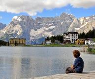 Menino que olha o lago Fotografia de Stock Royalty Free