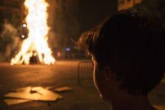 Menino que olha uma fogueira, Barcelona foto de stock royalty free