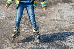 Menino que patina no assoalho concreto foto de stock