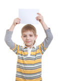 Menino que prende a folha de papel em branco Imagens de Stock