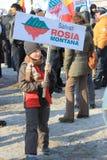 Menino que protesta contra a mineração do ouro do cianureto Fotografia de Stock Royalty Free