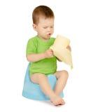Menino que senta-se em um urinol Imagem de Stock Royalty Free
