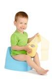 Menino que senta-se em um urinol Fotografia de Stock Royalty Free