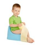 Menino que senta-se em um urinol Fotos de Stock Royalty Free