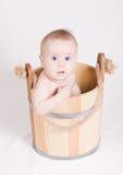 Menino que senta-se em uma cubeta Imagens de Stock