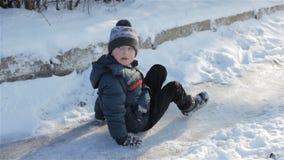 Menino que senta-se no gelo video estoque