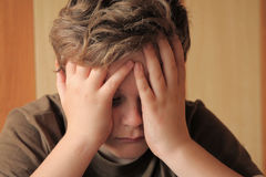 Menino que sente triste, forçado e só Fotografia de Stock