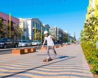 Menino que skateboarding em Santa Monica Imagens de Stock Royalty Free