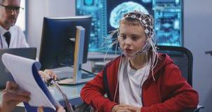 Menino que submete-se ao teste do c?rebro do EEG video estoque
