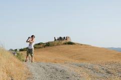 Menino que toma a foto em dunas de areia Imagens de Stock Royalty Free