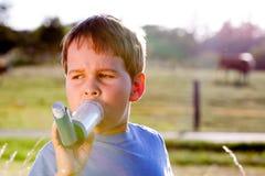Menino que usa o inalador para a asma Imagem de Stock Royalty Free