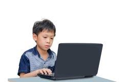 Menino que usa o laptop Fotos de Stock Royalty Free