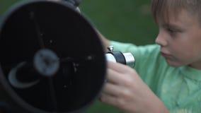 Menino que usa o telescópio filme