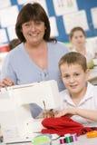 Menino que usa uma máquina de costura Fotografia de Stock Royalty Free