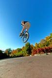 Menino que vai transportado por via aérea com sua bicicleta da sujeira imagens de stock royalty free