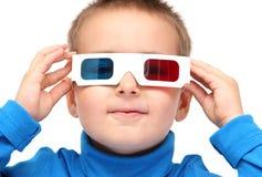 Menino que veste os vidros 3d Fotografia de Stock Royalty Free