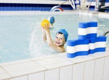 Menino real bonito pequeno no fim da piscina que sorri acima, conceito dos povos do esporte do estilo de vida Fotografia de Stock