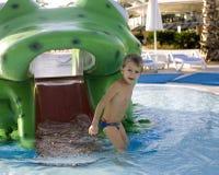 Menino real bonito pequeno no fim da piscina que sorri acima, conceito dos povos do estilo de vida das férias de verão Imagens de Stock