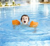 Menino real bonito pequeno no fim da piscina que sorri acima, lifestyl Imagem de Stock Royalty Free