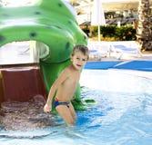 Menino real bonito pequeno no fim da piscina que sorri acima, lifestyl Imagens de Stock Royalty Free