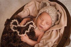 Menino recém-nascido de sono Fotos de Stock Royalty Free