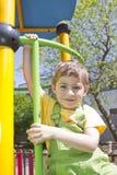 Menino Retrato da criança bonito do menino exterior no dia ensolarado Retrato do sorriso louro feliz da criança Menino que olha a fotografia de stock royalty free