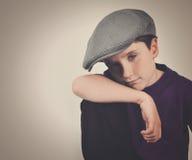 Menino retro fresco com o chapéu no fundo imagem de stock