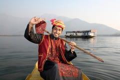 Menino rural de Pathani que canta em uma mão do barco levantada Imagem de Stock