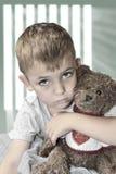 Menino só pequeno com um urso de peluche Fotos de Stock