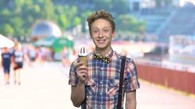 Menino satisfeito com gelado no fundo borrado video estoque