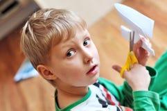 Menino Scissoring Fotografia de Stock Royalty Free